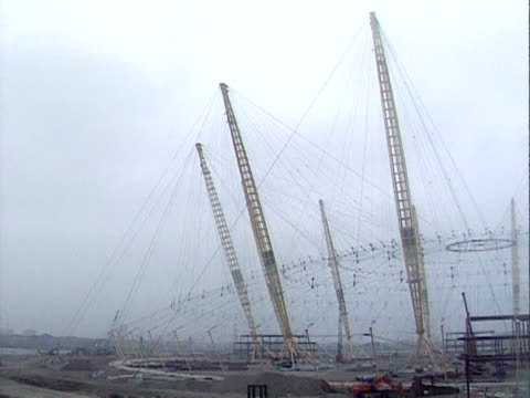the rigging for the millennium dome roof under construction london february 1998 - tauwerk stock-videos und b-roll-filmmaterial