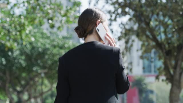 vídeos y material grabado en eventos de stock de los contactos de negocios adecuados te llevan a lugares - parte del cuerpo humano