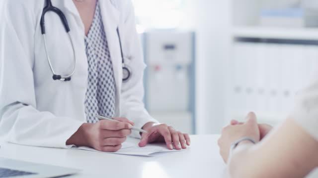la diagnosi giusta inizia con una consultazione approfondita - pagella documento video stock e b–roll