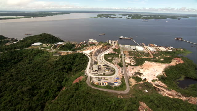 the rio negro meets the amazon river near manaus brazil. available in hd. - rio delle amazzoni video stock e b–roll