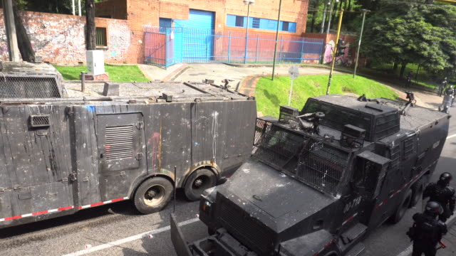 vidéos et rushes de the riot squad tanks on february 26, 2020 in bogota, columbia. the students were protesting against colombia's president ivan duque and a recent... - char véhicule blindé