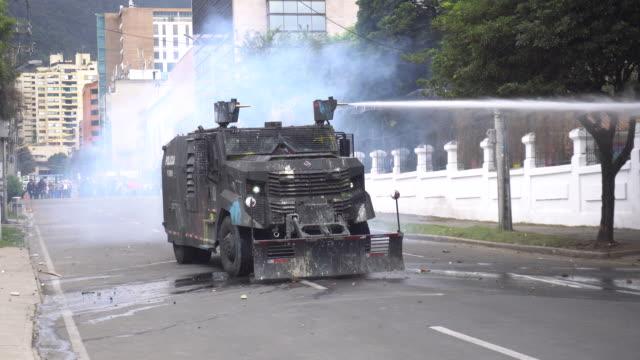 vidéos et rushes de the riot tank squad tank, esmad throws water - char véhicule blindé