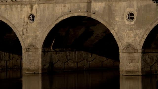 the river avon flows under pulteney bridge in bath, england. available in hd. - pulteney bridge stock videos & royalty-free footage