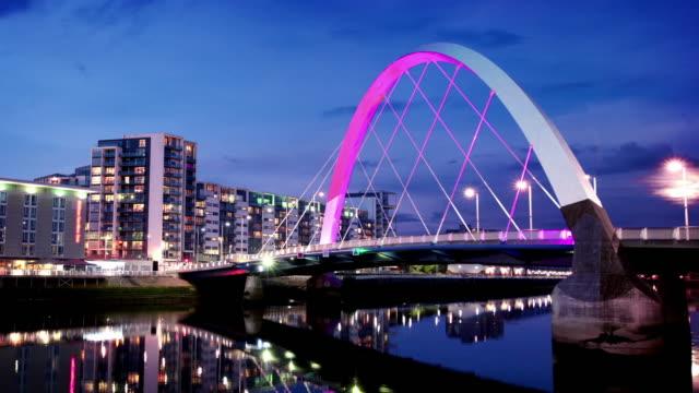 Den Fluss Clyde-Arc-Brücke in der Abenddämmerung, Glasgow, Schottland