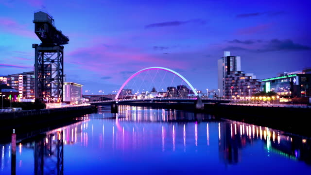 il fiume clyde arco ponte al crepuscolo, glasgow, scozia - scottish culture video stock e b–roll