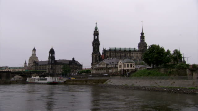the river elbe runs through dresden germany. available in hd. - 尖り屋根点の映像素材/bロール