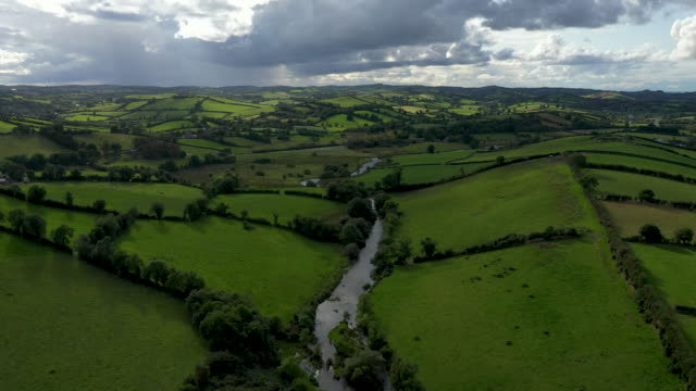 the river fane tracks the border between ireland and northern ireland on august 28 2019 in cullaville ireland the 310m/500 km border runs through... - 北アイルランド点の映像素材/bロール