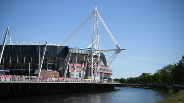 the river taff and principality stadium, formerly the millennium stadium in cardiff, wales, uk. the principality stadium is the national stadium of... - typisch walisisch stock-videos und b-roll-filmmaterial