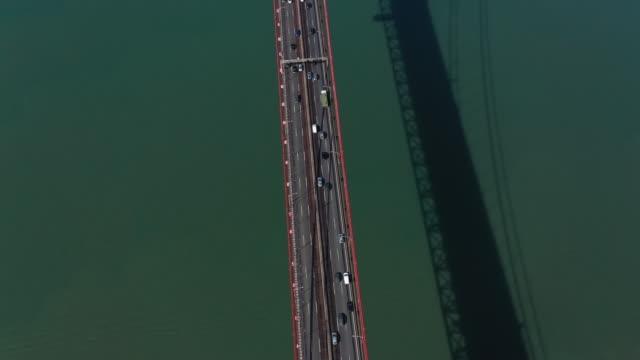 vídeos y material grabado en eventos de stock de el río tajo y el tráfico en el puente 25 de abril - portugal