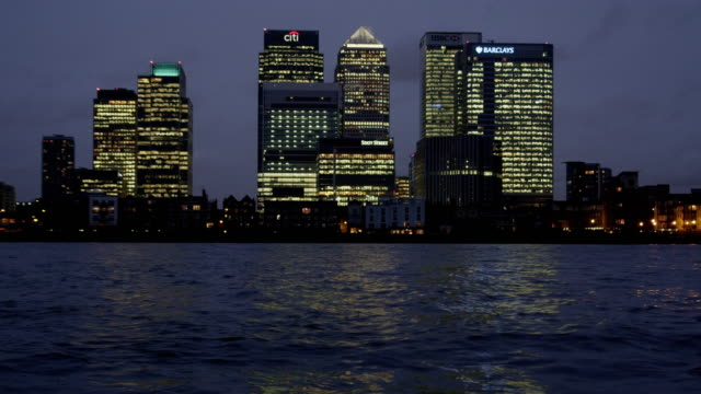 the river thames and london's canary wharf financial district. - establishing shot点の映像素材/bロール