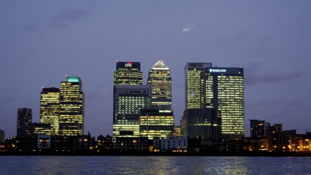 vídeos de stock, filmes e b-roll de the river thames and london's canary wharf financial district. - escrita ocidental