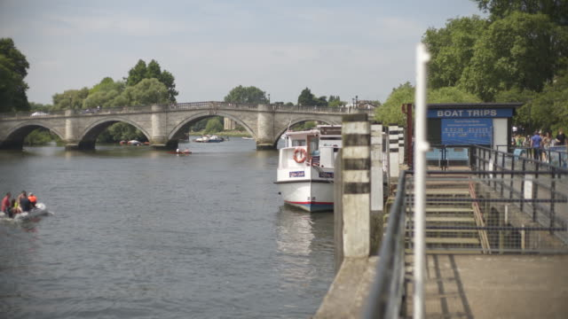 vídeos de stock, filmes e b-roll de the river thames at richmond on a summers afternoon,  london, uk - cultura inglesa