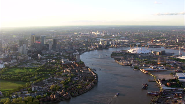 the river thames cuts through canary wharf in london. - greater london stock videos and b-roll footage