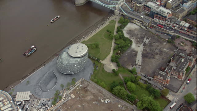 stockvideo's en b-roll-footage met the river thames flows in front of new city hall in london, england. - town hall