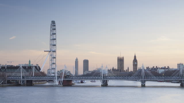 vídeos de stock e filmes b-roll de the river thames, palace of westminster and london eye at sunset. - veículo terrestre comercial