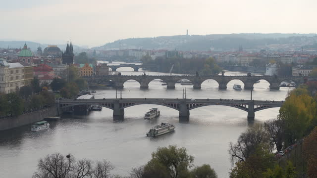 vídeos de stock e filmes b-roll de the river vltava with charles bridge and other bridges in prague - ponte carlos