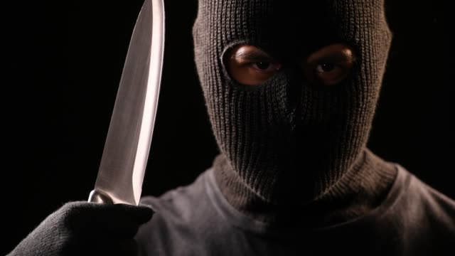 vídeos de stock, filmes e b-roll de o ladrão segurar a faca na mão - faca armamento