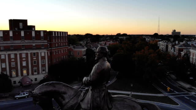 the robert e. lee monument is seen standing on a traffic circle at the intersection of monument avenue and allen avenue october 21, 2018 in richmond,... - バージニア州 リッチモンド点の映像素材/bロール