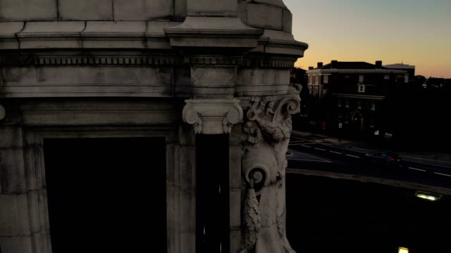 the robert e. lee monument is seen standing on a traffic circle at the intersection of monument avenue and allen avenue october 21, 2018 in richmond,... - 1890~1899年点の映像素材/bロール