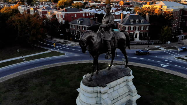 the robert e lee monument is seen standing on a traffic circle at the intersection of monument avenue and allen avenue october 21 2018 in richmond... - politics and government stock videos & royalty-free footage