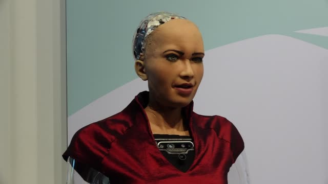 vidéos et rushes de the robot sophia is seen in barcelona during the mobile world congress 2019, on february 26, 2019. it is one of the most sophisticated humanoid... - sofia