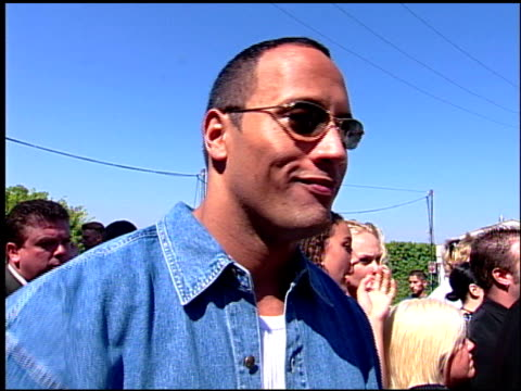 stockvideo's en b-roll-footage met the rock at the 2001 teen choice awards arrivals at universal amphitheatre in universal city, california on august 12, 2001. - teen choice awards