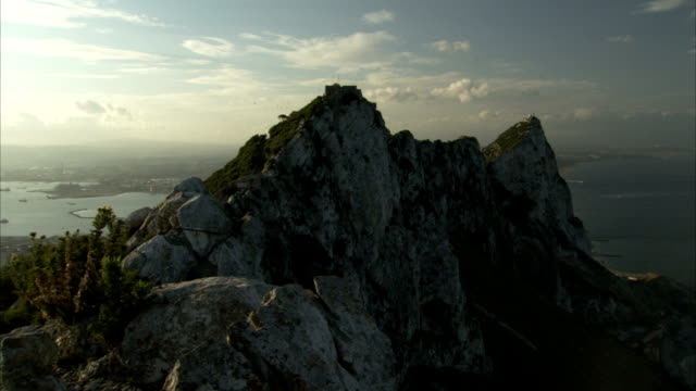 stockvideo's en b-roll-footage met the rock of gibraltar protrudes from the mediterranean sea in gibraltar. available in hd - gibraltar iberisch schiereiland