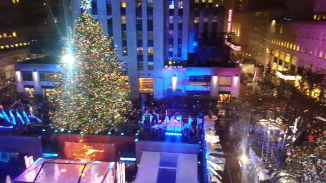 the rockefeller center 2015 tree lighting ceremony in new york, attended by mayor bill de blasio. - illuminazione dell'albero di natale del rockefeller center video stock e b–roll