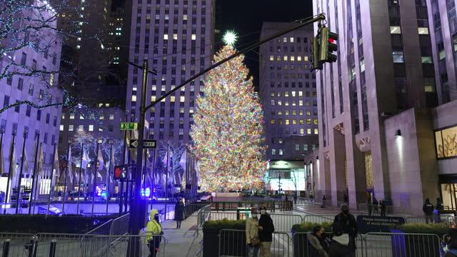 the rockefeller center christmas tree on december 07, 2020. fifth avenue, midtown manhattan, new york city. - rockefeller centre stock videos & royalty-free footage