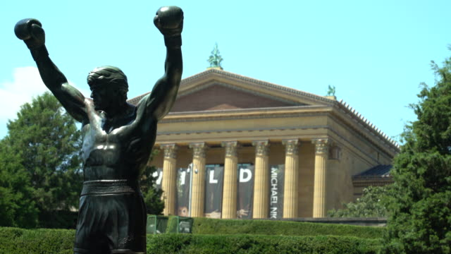 the rocky statue outside the philadelphia museum of art - statuetta video stock e b–roll