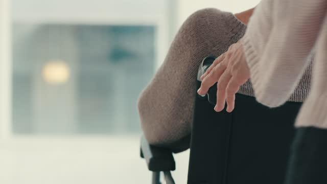 vídeos de stock e filmes b-roll de the roles have been reversed and they need your help now - pessoas com deficiência