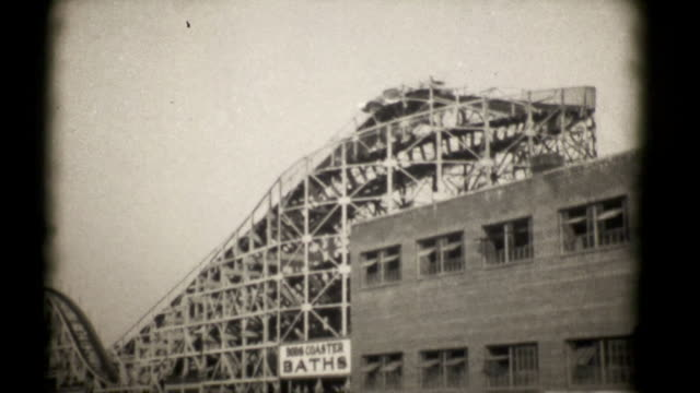 vídeos de stock, filmes e b-roll de as montanhas-russas, cachorro-quente de coney island 1927. 16 mm (hd1080 - 1920