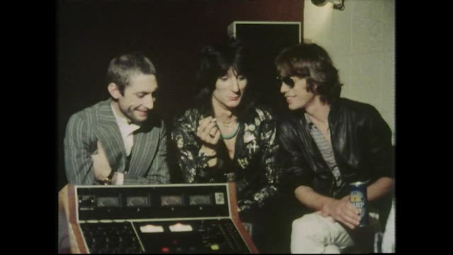 "vídeos y material grabado en eventos de stock de charlie watts, ronnie wood and mick jagger, speaking in 1977, about the process of making the concert movie, ""ladies and gentlemen: the rolling... - entrevista grabación"