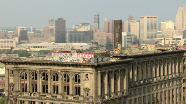 the rooftop of michigan central station, the abandoned train depot of detroit, now covered with graffiti. - condizione negativa video stock e b–roll