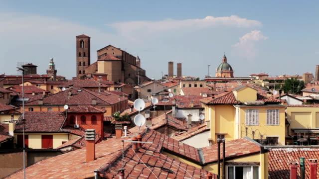 vídeos y material grabado en eventos de stock de the rooftops of bologna, italy. the cattedrale metropolitana di san pietro is seen in the background. - antena parabólica