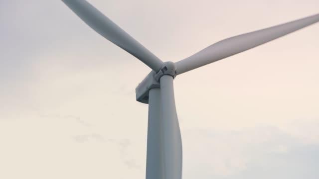 the rotating wind turbine - lama oggetto creato dall'uomo video stock e b–roll