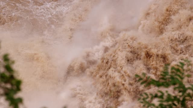 the rough rapid stream of jinsha river canyon in yunnan, china - wildwasser fluss stock-videos und b-roll-filmmaterial