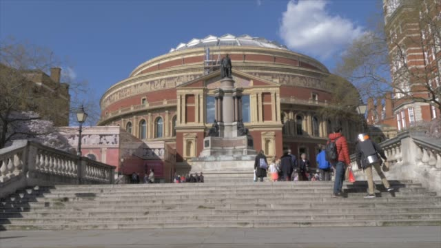 vídeos de stock, filmes e b-roll de the royal albert hall in springtime, kensington, london, england, united kingdom, europe - royal albert hall