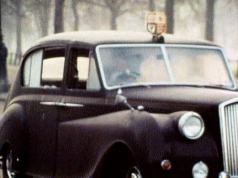 vídeos de stock, filmes e b-roll de the royal car and the kidnappers car are driven away by police, following the attempted kidnap of princess anne. 1974. - sequestro