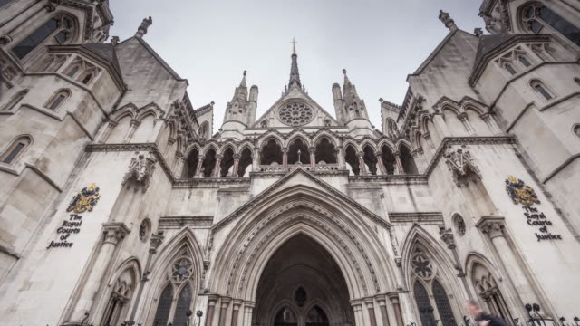 the royal courts of justice in london, england. - palazzo di giustizia video stock e b–roll
