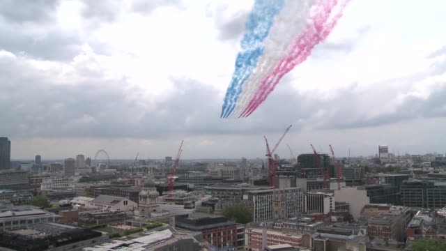 the royal family appear on the balcony of buckingham palace to enjoy an raf flypast in honour of the queens 90th birthday - 90th birthday stock videos and b-roll footage
