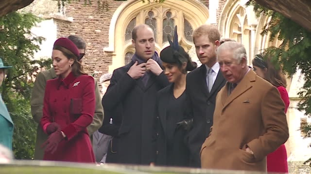 vídeos de stock, filmes e b-roll de the royal family leaving st mary magdalene church in sandringham after attending christmas mass - realeza