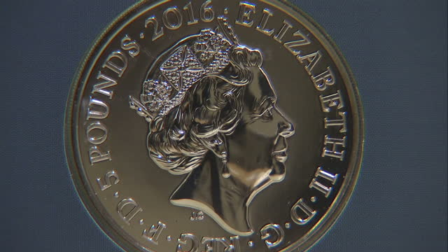 vídeos de stock, filmes e b-roll de the royal mint has commemorated queen elizabeth ii's birthday with an official £5 coin featuring a design approved by the queen shows royal mint... - moeda