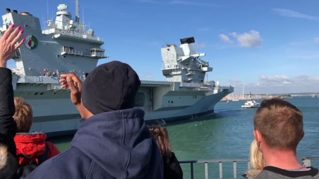 vidéos et rushes de the royal navy's aircraft carrier hms queen elizabeth has returned to base after forming a carrier strike group for the first time for exercises in... - royal navy