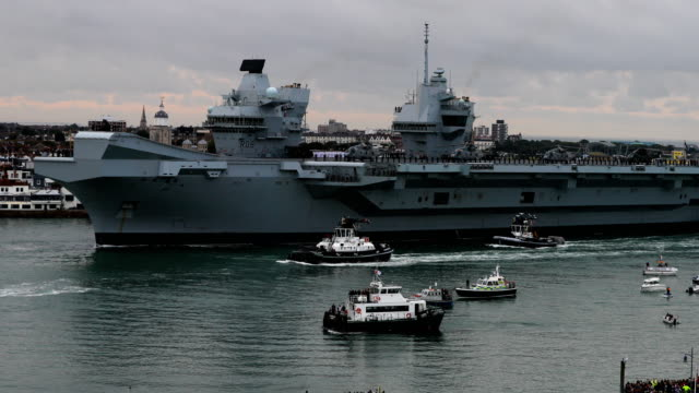 vidéos et rushes de the royal navy's new aircraft carrier hms queen elizabeth on august 16, 2017 in portsmouth, england. the hms queen elizabeth is the lead ship in the... - royal navy