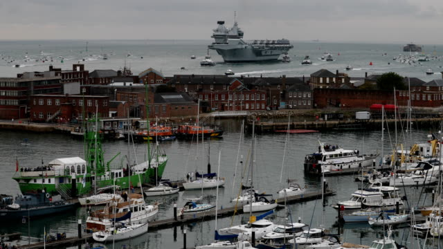 stockvideo's en b-roll-footage met the royal navy's new aircraft carrier hms queen elizabeth on august 16 2017 in portsmouth england the hms queen elizabeth is the lead ship in the new... - hampshire engeland