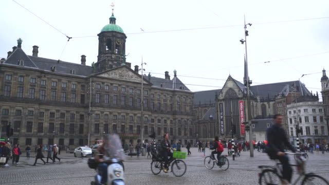 stockvideo's en b-roll-footage met the royal palace, dam square, amsterdam, netherlands - stadsplein