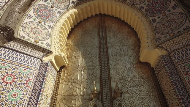 the royal palace gate in fes - arco architettura video stock e b–roll