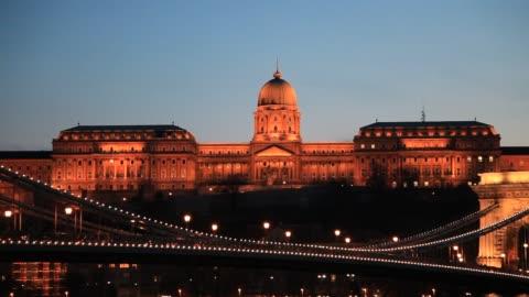 the royal palace, hungarian national gallery at night, river danube, budapest city, hungary. - ungersk kultur bildbanksvideor och videomaterial från bakom kulisserna