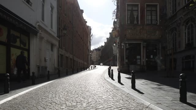 the 'rue de l'étuve' is left empty during the coronavirus pandemic on march 29, 2020 in brussels, belgium. the belgium government announced more... - belgium stock videos & royalty-free footage